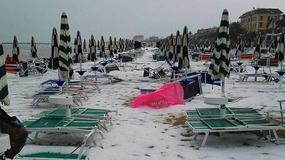 Włoska plaża po gwałtownej burzy stała się cała biała