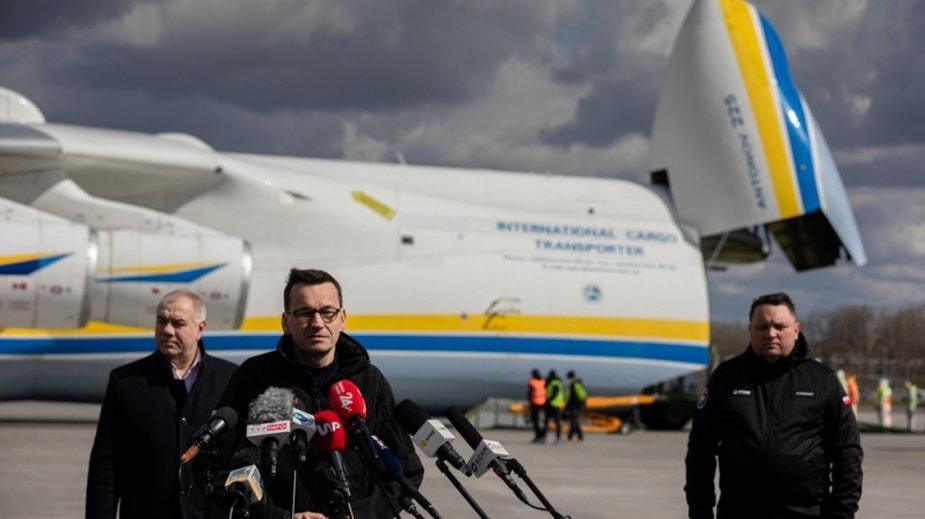 Przylot samolotu Antonow An-225. Transport witał premier Mateusz Morawiecki i wicepremier Jacek Sasin