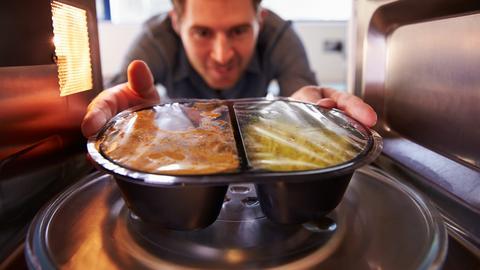 Większość z nas nie wyobraża sobie życia bez kuchenki mikrofalowej