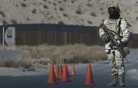 Američki vojnik patrolira na granici s Meksikom