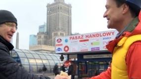 Jacek Kawalec rozdaje kanapki w centrum Warszawy