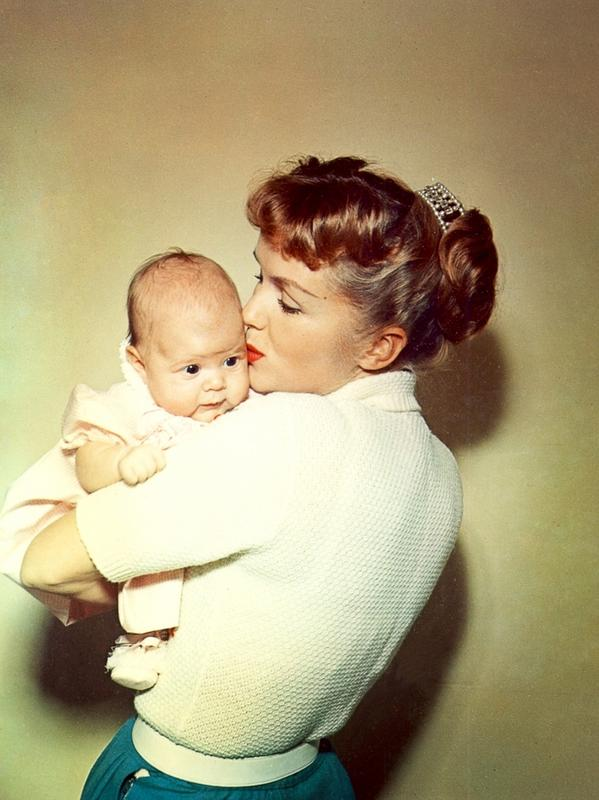 Mała Carrie w ramionach mamy