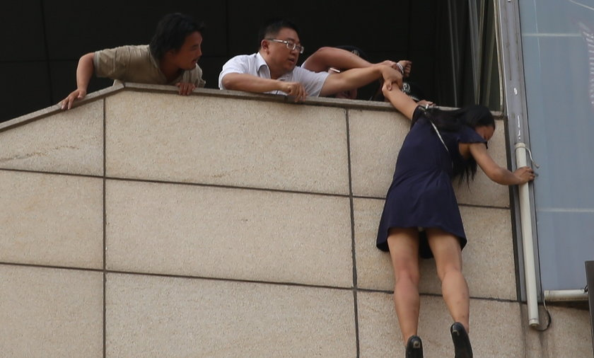 Policjant skuł samobójczynię. Uratował ją