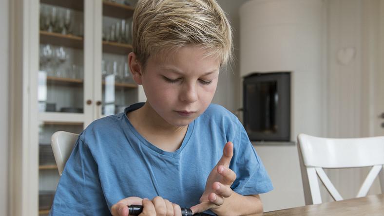 Dziecko bada poziom glukozy