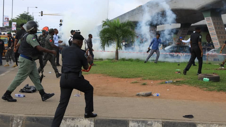 Police officers clash with RevolutionNow protesters in Surulere, Lagos on Monday, August 5, 2019 [Sahara Reporters]