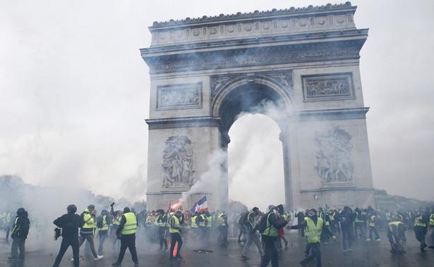 """Oddolny ruch """"żółtych kamizelek"""" od prawie miesiąca protestuje przeciwko podwyżkom akcyzy na paliwo i ciągle wzrastającym kosztom utrzymania. To była już trzecia """"czarna sobota"""" protestów."""