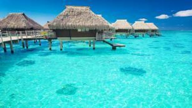 Malediwy Republika Malediwów to archipelag wysp z lagunowymi plażami pokrytymi białym piaskiem. Stempel wizowy na maksymalnie 30 dni otrzymamy już podczas kontroli paszportowej na lotnisku w stolicy kraju - Mali. By jednak wizę otrzymać należy mieć przy sobie: ważny paszport, bilet na lot powrotny oraz potwierdzenie rezerwacji hotelu. Jeśli nie mamy tego ostatniego równoważna jest także kwota pieniędzy wystarczająca na czas pobytu. Więcej informacji na stronie Ambasady RP w New Delhi>>