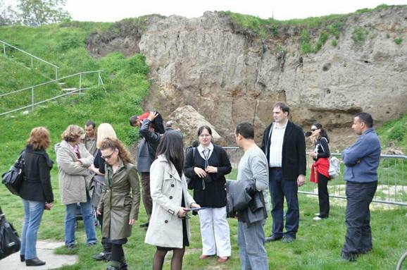 Turisti ispred kapije nalazišta