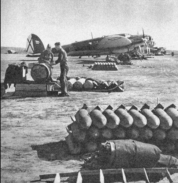 Samoloty Heinkel He 111 Legionu Condor przygotowywane do bombardowania