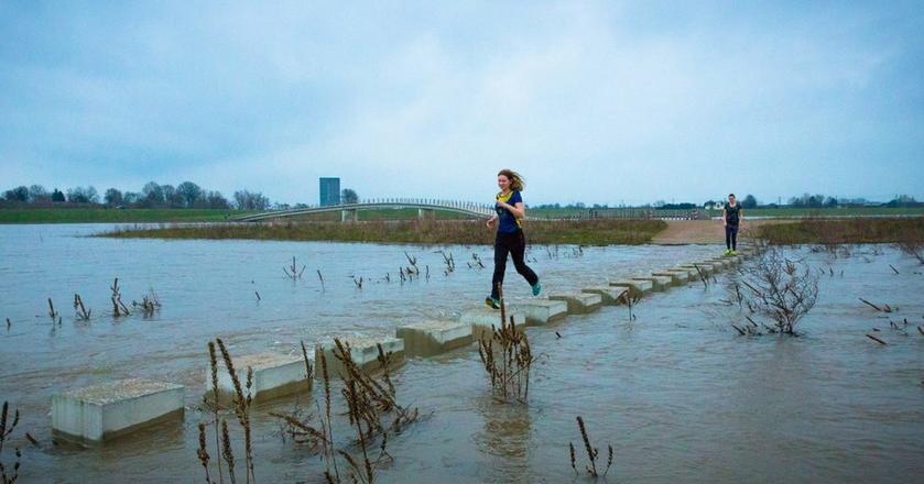 Jogging na moście Zalige w holenderskim Nijmegen