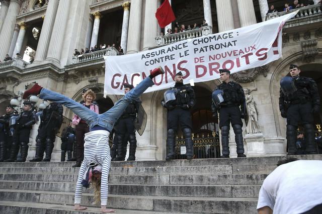 Protest ispred zgrade opere u Parizu