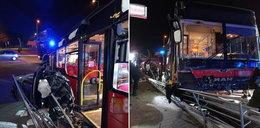 Kierowca autobusu zasłabł i staranował auto. Okazało się, że ma koronawirusa
