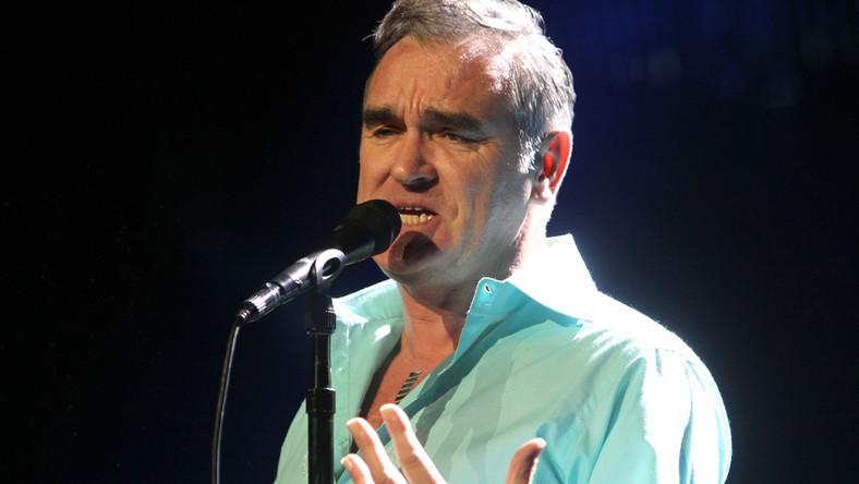 """Morrissey'a w kwestii fochów można nazwać recydywistą. W 2008 roku przerwał swój koncert na festiwalu Coachella, bo poczuł zapach grillowanego mięsa. Rok później w Hamburgu wyrzucił z sali fana, który krzyczał """"spier..."""". Muzyk znalazł w tłumie pod sceną osobę, która go obraziła, po czym poprosił ją o wyjście z klubu. Inny koncert z tego roku w Liverpoolu przerwał po tym, jak został trafiony w głowę plastikowym kubkiem z piwem. Moz jest jednak w pewnym stopniu sam winny takim zachowaniom. Podczas wspomnianego koncertu w Hamburgu bawił się w wymyślanie nazw mieszkańców tego miasta. Niektórzy z nich poczuli się obrażeni określeniem… """"Hamburger"""". Morrissey prowokował też na Glastonbury. W połowie koncertu powiedział do widzów: –Postaram się śpiewać najszybciej, jak umiem, wiem, że czekacie na występ U2. Na szczęście zazwyczaj podczas jego koncertów króluje znakomita muzyka, a nie utarczki z widzami. Szkoda tylko, że tak nie stało się w Warszawie"""