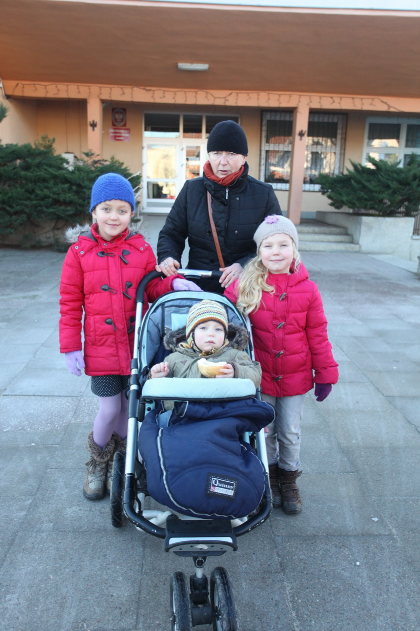 Halina Krause z wnukami Irminą, Lilianą i Leonem