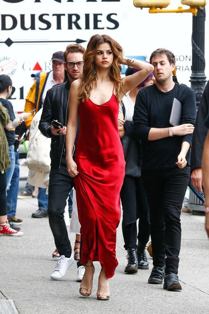 Slip haljinama muškarci ne mogu da odole!