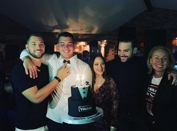 ALEKSANDRA PRIJOVIĆ PRVI PUT U JAVNOSTI NAKON POROĐAJA Živojinovići slavili Viktorov rođendan, pevačica zablistala