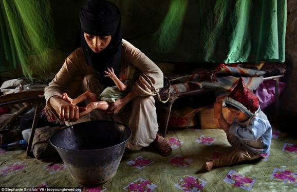 Deca majke: Asija (14) kupa nedavno rođenu bebu u Hadži, dok se njena dvogodišnja ćerka igra