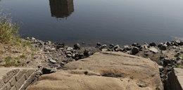 Kamienie głodu wyłoniły się z rzeki. Niosą złowieszczą przepowiednię
