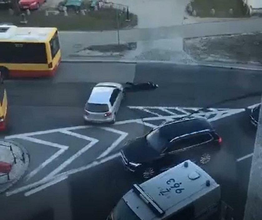 Kierowca odjechał, policjant leży na ulicy