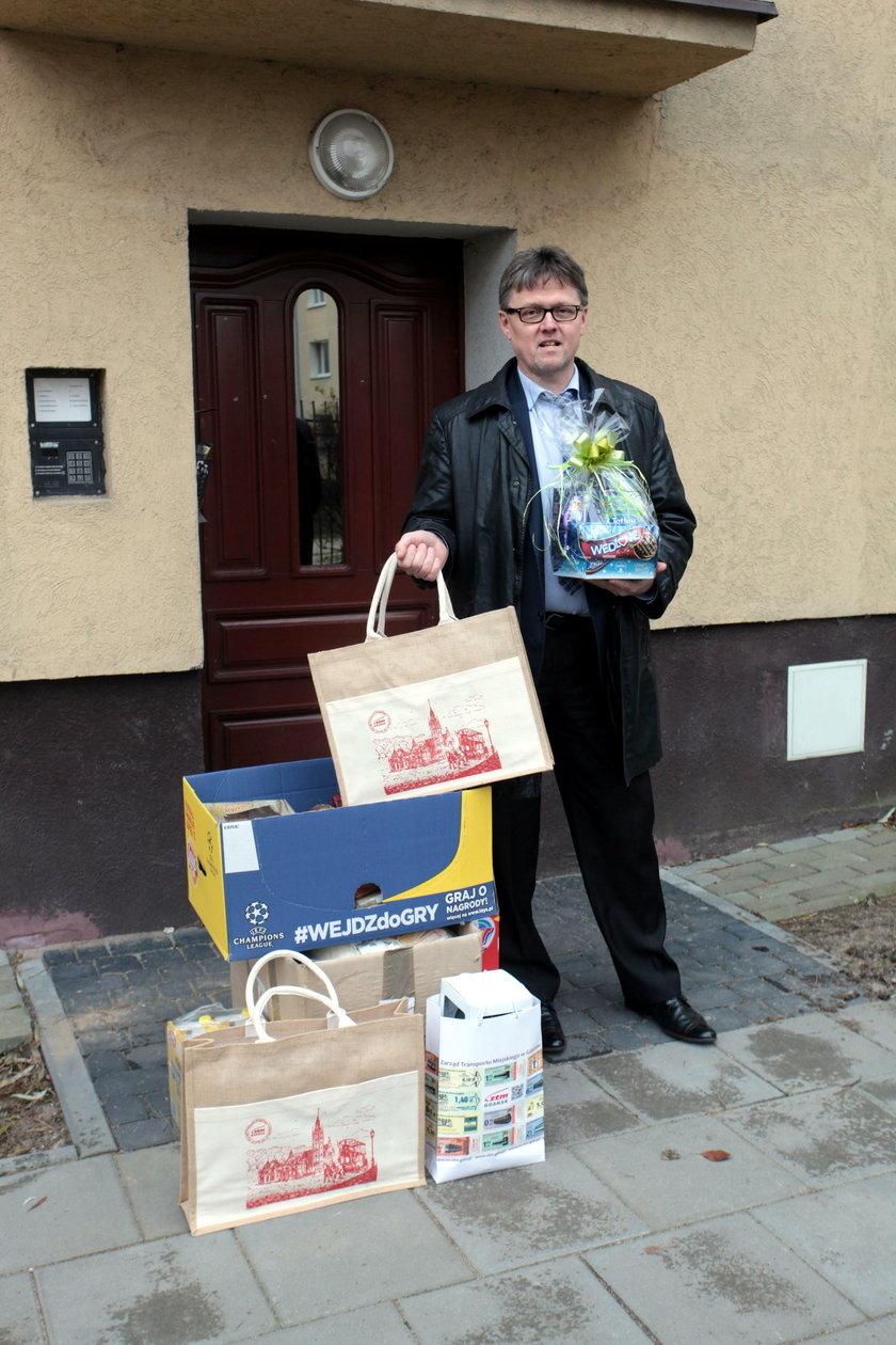 W rolę św. Mikołaja wcielił się dyrektor ZTM w Gdańsku Jerzy Dobaczewski. Odwiedził z prezentami samotną seniorkę panią Łucje Wittman