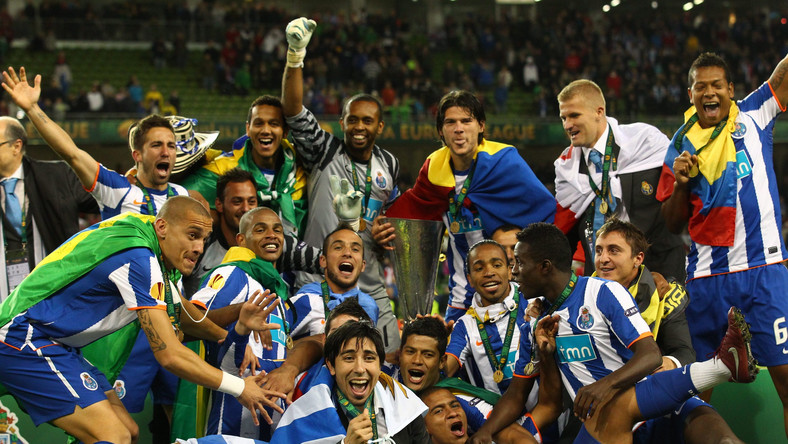 Piłkarze FC Porto z trofeum Ligi Europejskiej