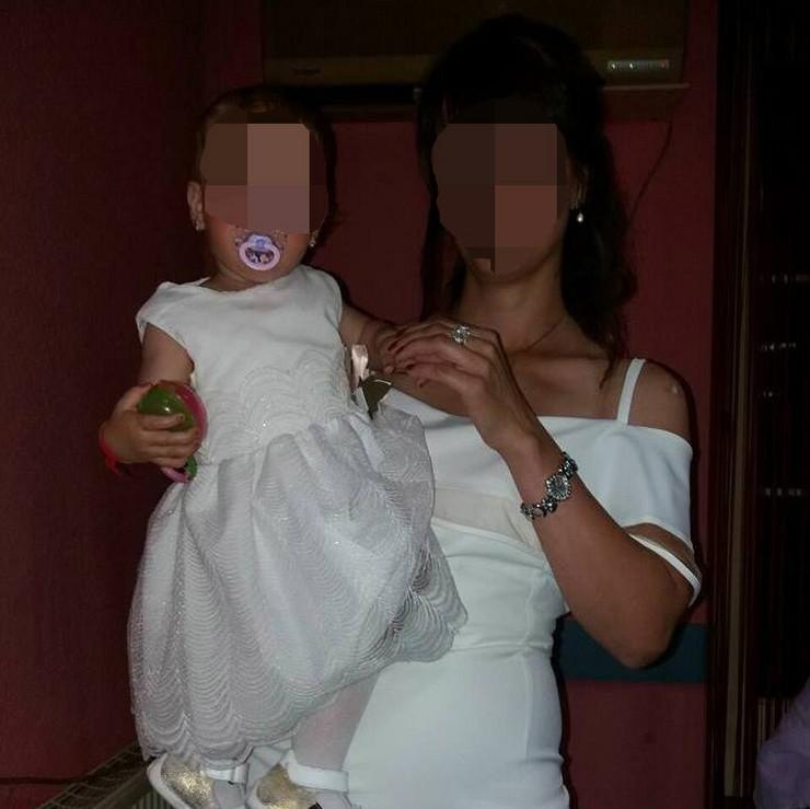 NOVIPAZAR Povredjena devojccica u narucju majke