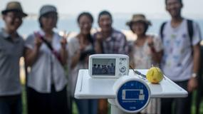 Japonia - w mieście Fujisawa zamontowano dla turystów podstawki na aparaty fotograficzne i telefony pomagające zrobić zdjęcie