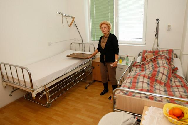 Marijana Blažević, vlasnica doma za stare, pored kreveta u kojem je poslednje dane proveo doajen televizijskog novinarstva Mića Orlović