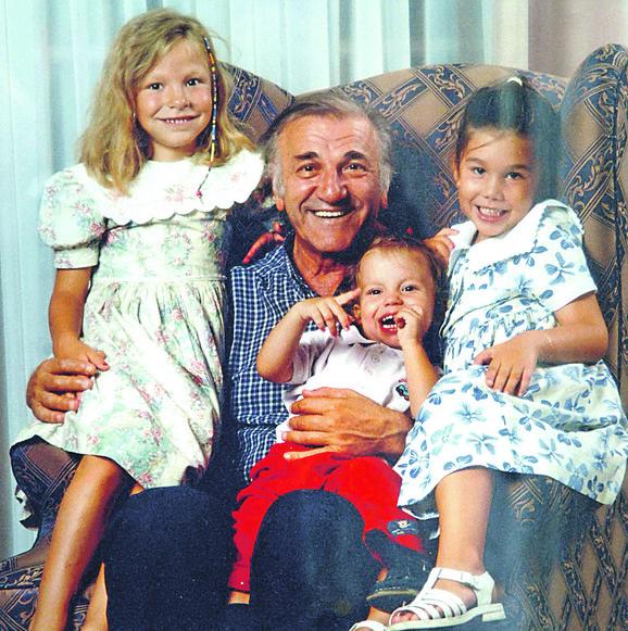 Srećni dani: Bata sa unučicama