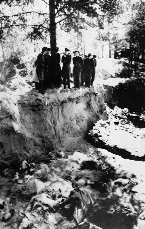 Niemieccy oficerowie w Katyniu