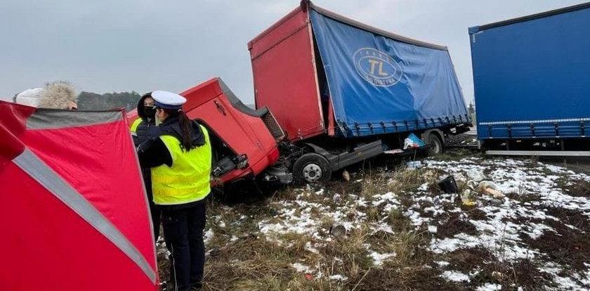 Ciężarówka wjechała prosto pod szynobus. Kierowca zginął na miejscu