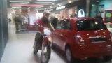 Świr wjechał motocyklem do centrum handlowego!