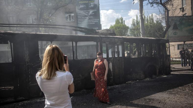 """Wczoraj o Kramatorsk toczyły się ciężkie walki. Dziś nikt już nie pamięta o strzelaninach, a spalone wraki stały się okazją do """"słitfoci"""""""