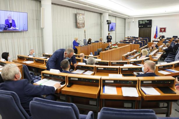 Senatorowie na sali obrad Senatu w Warszawie