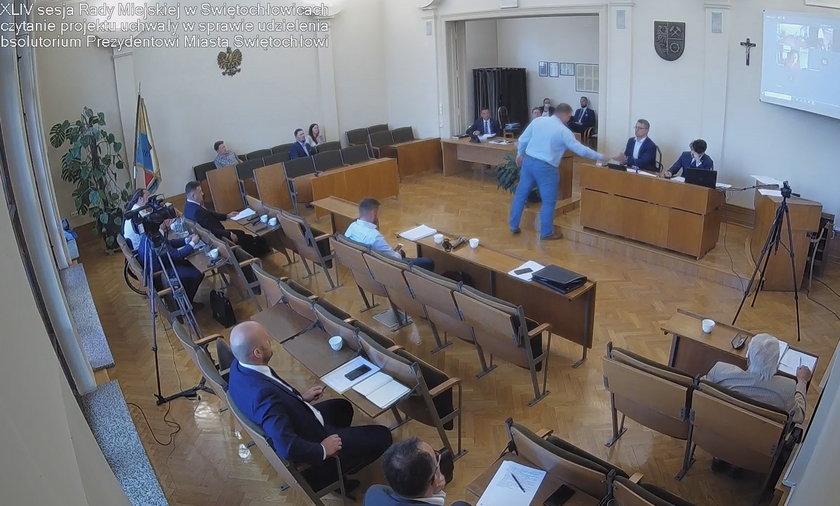 Sesja rady miejskiej w Świętochłowicach odbyła się 14 czerwca. Radny Jacek Kamiński przekazuje telefon przewodniczącemu rady miejskiej Zbigniewowi Nowakowi.