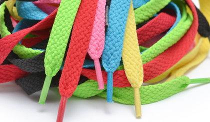 Odmień wygląd starych butów! Kolorowe sznurówki – gdzie szukać najciekawszych wzorów?