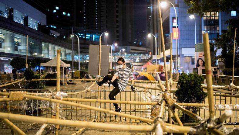 Policja usuwa barykady wzniesione przez demonstrantów