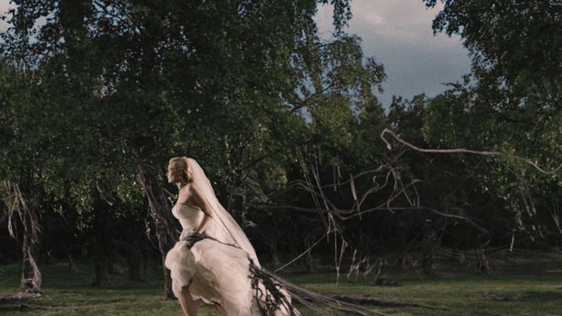 Jeden z najpiękniejszych końców świata w historii kina. W nastrojowym, wspaniałym wizualnie filmie Larsa Von Triera element science fiction – do Ziemi zbliża się samotna planeta Melancholia, która zniszczy nasz glob – jest jedynie tłem dla poruszającej historii Justine, cierpiącej na depresję młodej mężatki