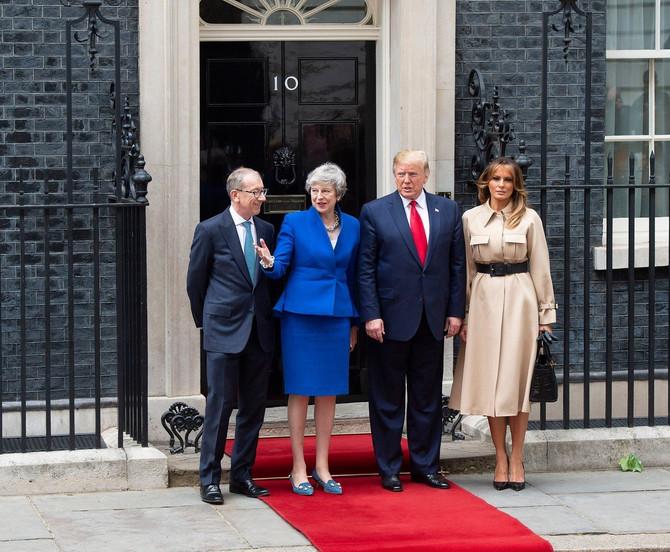 Melanija i Donald Tramp sa Terezom Mej i njenim suprugom danas ispred njenog kabineta u Londonu