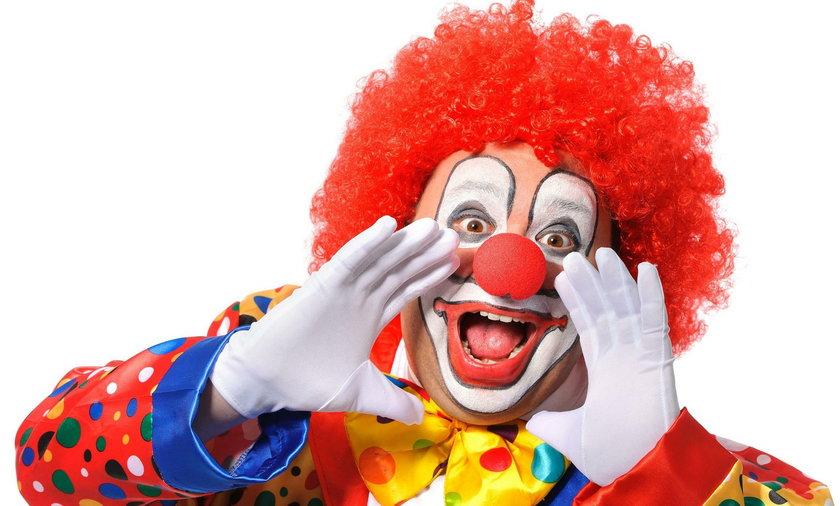 Rodzice przerażeni! Przebierańcy w strojach klaunów wabią dzieci do lasu
