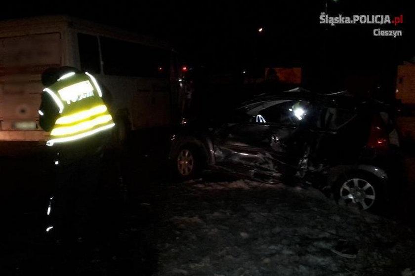 Śmierć na drodze - autobus zmiażdżył auto