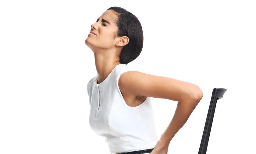 Kobieta z bolącymi plecami