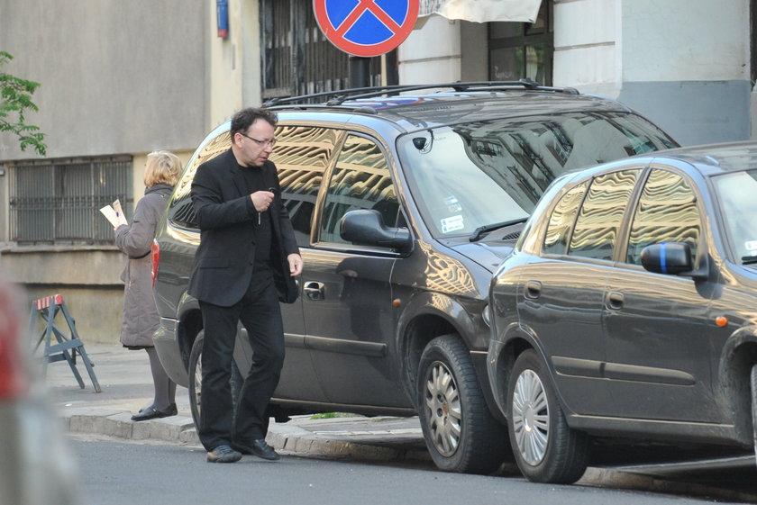 Zbigniew Zamachowski przy samochodzie