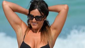 Claudia Romani w czarnym stroju kąpielowym