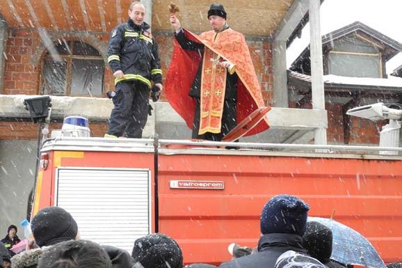 OTIMANJE ZA SVETU VODICU Sveštenik i ove godine osveštao cisternu u Jagodini, vernici odnosili i po NEKOLIKO FLAŠA