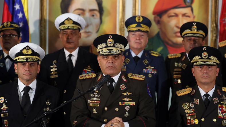 Szef resortu obrony Wenezueli wygłosił oświadczenie w otoczeniu członków dowództwa wojskowego