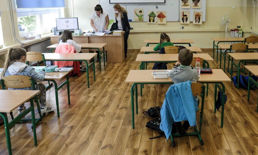 Konferencja ws. obostrzeń po 25 kwietnia. Kiedy powrót dzieci do szkół?