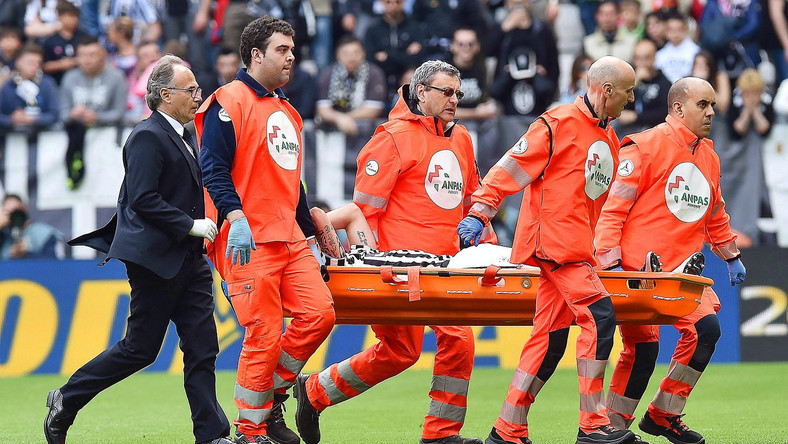 Claudio Marchisio na noszach