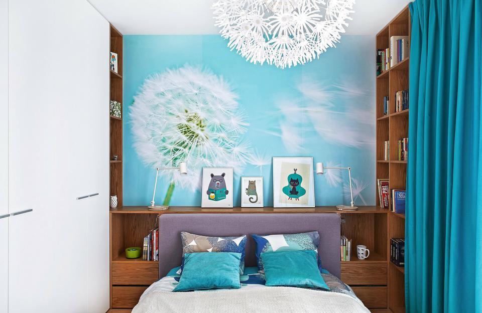 W NIEWIELKIEJ SYPIALNI oprócz łóżka zmieściły się zrobione na wymiar meble: pojemna szafa i regał.
