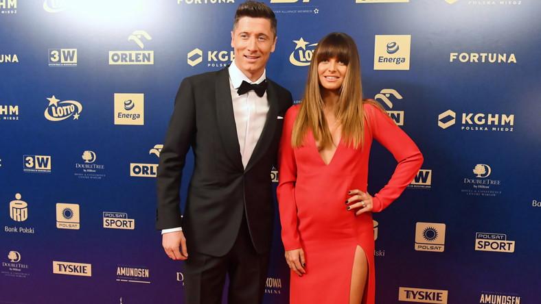 Piłkarz reprezentacji Polski Robert Lewandowski z żoną Anną przed Galą Mistrzów Sportu w Warszawie